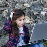 fille sur ordinateur